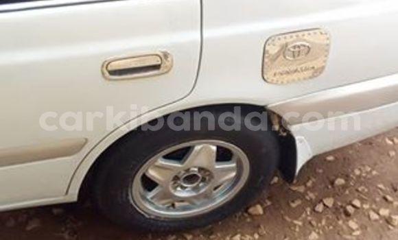 Gura Yakoze Toyota Premio White Imodoka i Kampala mu Uganda