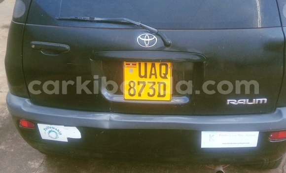 Gura Yakoze Toyota Raum Black Imodoka i Kampala mu Uganda