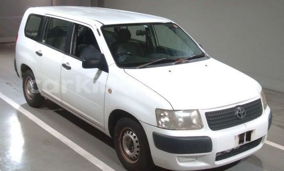 Gura Yakoze Toyota Succeed White Imodoka i Kampala mu Uganda