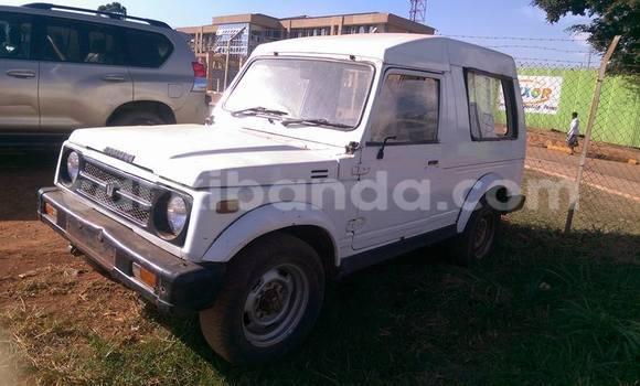 Nunua Ilio tumika Suzuki Jimny Nyeupe Gari ndani ya Kampala nchini Uganda